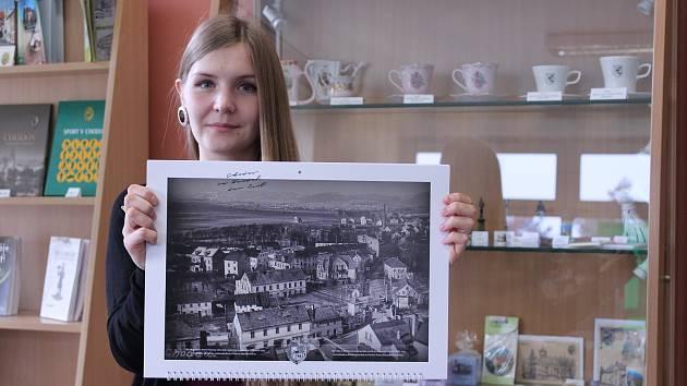 V chodovském infocentru jsou k dostání i kalendáře s fotografiemi Chodova. Foto: Martin Polák