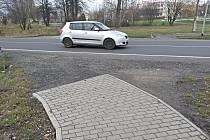 Místo, kde končí chodník z Dolního Rychnova. V pozadí ZŠ v Sokolově.