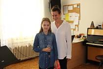 Šárka Kerulová s paní učitelkou zpěvu Alenou Boháčovou.