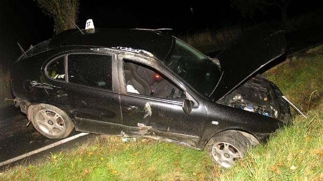 PO SRÁŽCE. Vůz mladého řidiče skončil po středečním střetu s chodcem v kotrmelcích.