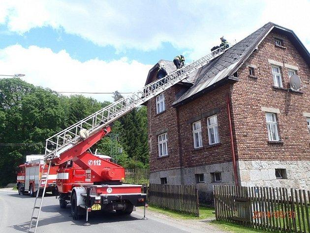 VE STŘÍBRNÉ hlásí majitelé domů poničené komíny.