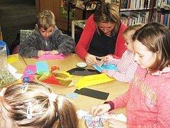 Výtvarné dílničky v knihovně si oblíbili dospělí i děti.
