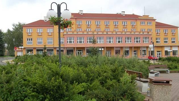 Zakázka na úpravu zeleně na náměstí v Horním Slavkově je předmětem ostrého sporu mezi zastupiteli.