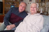 JOSEF PULÍK (vlevo) při návštěvě svého dlouholetého přítele a kolegy pana Jiřího Cejpka, které oba spojuje společný osud.