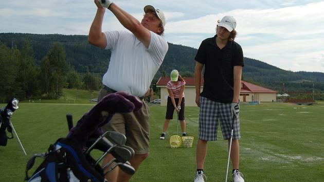 Trénink mladých golfistů na sokolovkém hřišti.