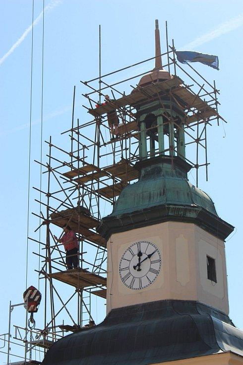 Novou špici vyzdvihl na Černou věž jeřáb. Do repasované makovice posléze budou uloženy dokumenty jako vzkaz pro budoucí generace.