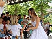 Při akci Děti baví Loket představují svůj program základní, základní umělecká škola a obě mateřinky z Lokte. V závěru se stalo pěknou tradicí pasování budoucích prvňáčků vycházejícími žáky na školáky.