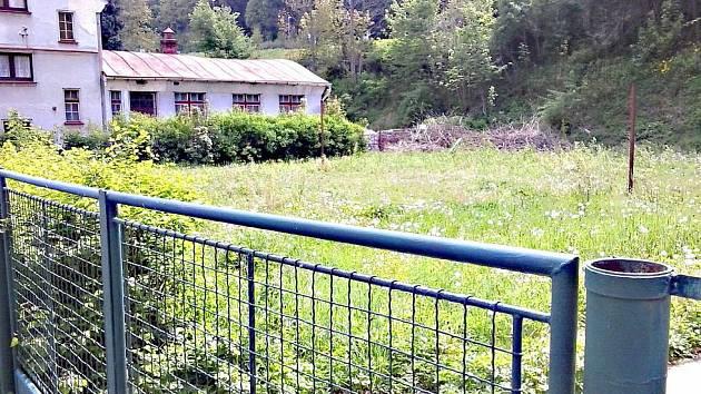 HŘIŠTĚ u bývalé průmyslové školy je nyní zpustlé. Škola ho chce ale upravit.