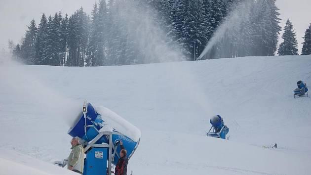 SKIAREÁL V BUBLAVĚ začal zasněžovat hlavní sjezdovku. První lyžaře chce přivítat v sobotu.