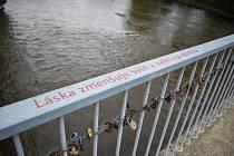 Na sokolovském Mostě lásky obnovili zašlé milostné citáty.