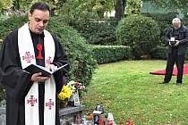 Pietní akt na sokolovském hřbitově.
