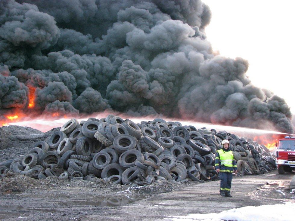 Požár skladu pneumatik ve Vřesové.