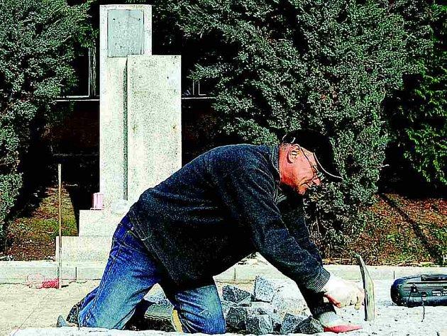 U pomníku bude vysázená nová zeleň a vybudován nový přístupový chodníček z žulových kostek