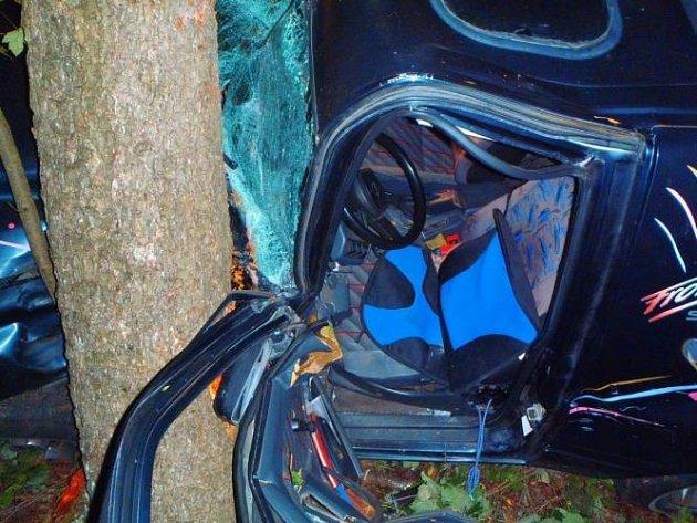 OPILÝ ŘIDIČ ZŮSTAL v autě zaklíněný. Nadýchal 1,70 promile.