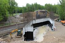 Starý most byl stržen, na jeho místě vzniká už nový.