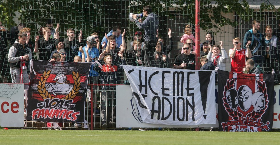 Utkání Fobalové národní ligy mezi FK Pardubice (ve červenobílém) a FK Baník Sokolov (ve žlutočerném) na hřišti pod Vinicí v Pardubicích.