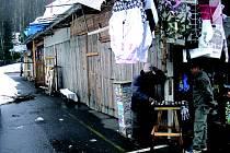 DO POLOVINY dubna musí asijští obchodníci vyklidit a zbourat stánky. Přemístit by se měli do nových obchodů, které budou stát u hlavní silnice.