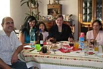 U JEDNOHO STOLU se při nedělním obědě sešli manželé Voráčovi s dcerou Blankou, Svitlana Borysová a rodinná přítelkyně Jarmila Bandurová.