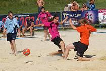 Mistrovství České republiky v plážové kopané žen na sokolovském koupališti Michal