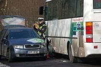 Nehoda osobního auta a autobusu, který převážel školáky.