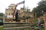 Původní kašna z hradního nádvoří se po etapách vrací z Nejdku na Hartenberg. Foto: archiv hradu Hartenberg