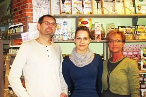 Tým Nebe v hubě - zleva Martin Křepela, Mirka Švarcová, Jitka Šimůnková - vám ve své prodejně v Karlových Varech nabídne nejen své produkty, ale i ty od jiných prodejců podobného zaměření.