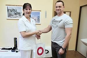 Primářka transfuzního oddělení Zuzana Fialová a dárce krve Jiří Schmiedkunz, který letos přišel jako čtyřtisící v pořadí.