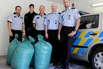 Policisté sbírají víčka pro devítiletou Natálku.