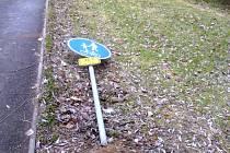 VYVRÁCENÉ dopravní značky lemují celou cyklostezku podél Lobezského potoka. Řádili tam neznámí vandalové.