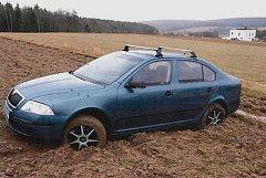 Zloděj skončil s kradeným autem v poli.