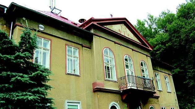 Budova současné tělocvičny v Lokti je pro potřeby základní i střední školy nevyhovující.