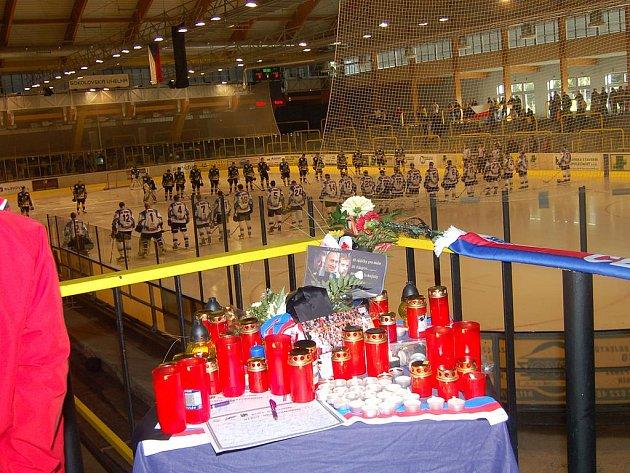 Na sokolovském zimním stadioně uctili památku obětí tragédie
