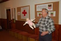 ŘEDITEL ČČK pro oblast Sokolovska a Chebska ukazuje dětem na figuríně dítěte, jak správně poskytnout první pomoc.