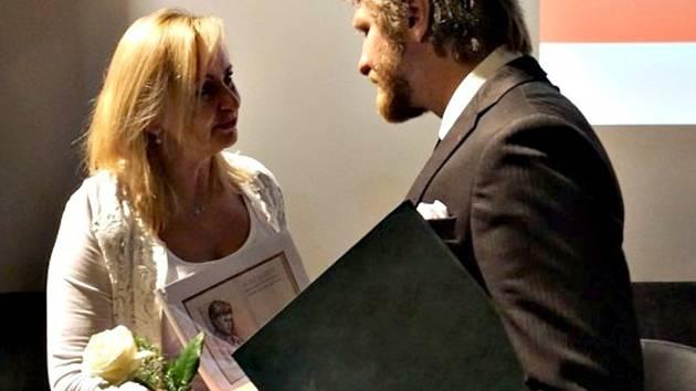 Sokolovský rodák a úspěšný filmový tvůrce Rudolf Havlík převzal cenu Osobnost města Sokolova minulý rok. Na snímku s Renatou Oulehlovou.
