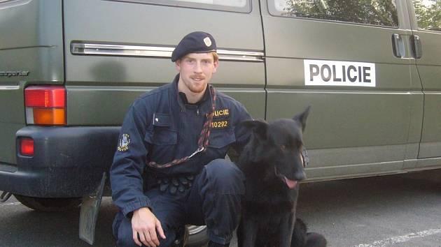 Služební policejní pes Adon s policistou Antonínem Laslopem byli u zadržení nebezpečného vězně, který prchal z vězení v Kolové u Kynšperka.