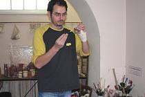 Šéfredaktor Sokolovského deníku Milan Hloušek (na snímku) si v dílně vyzkoušel vyrobit plovoucí svíčku. Od práce ho neodradilo ani zhmožděné zápěstí.