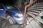 Riskantní jízda silně opilého řidiče skončila na schodišti panelového domu.