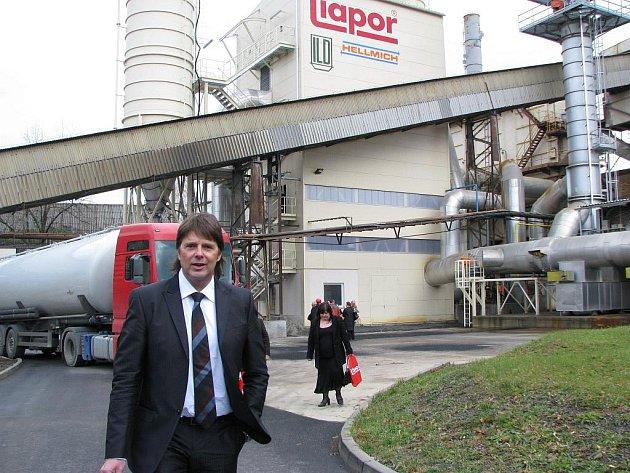 Ředitel Liasu Vintířov Rudolf Borýsek (na snímku) včera představil nové zařízení vybudované pro čištění kouřových plynů z rotačních pecí podniku.