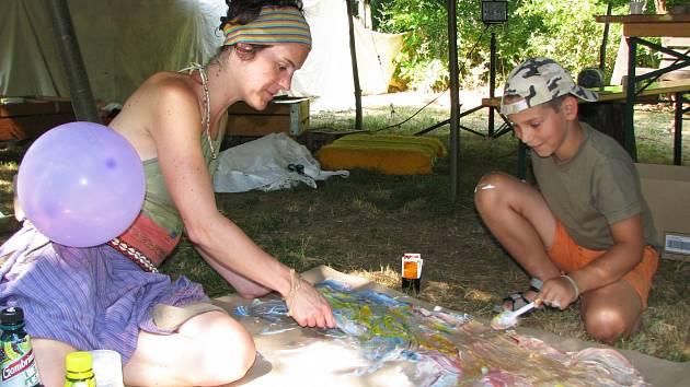 NA FESTIVALU V LOKTI nechybělo ani indiánské tepee, kde si děti mohly malovat, co je zrovna napadlo.