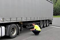 PŘI AKCI X zadržela policie rodinu cizinců, kteří neměli povolení k pobytu v naší republice. Zaměřila se ale i na řidiče kamionů. Ti nedodržují bezpečnostní přestávky a ani auta nemají dobrý technický stav.
