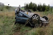 Řidič skončil s autem na střeše.