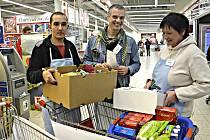 NÁRODNÍ potravinová sbírka letos trhla v kraji rekord. Na snímku uprostřed ředitel Farní charity v Sokolově Jan Sebján s kolegy.