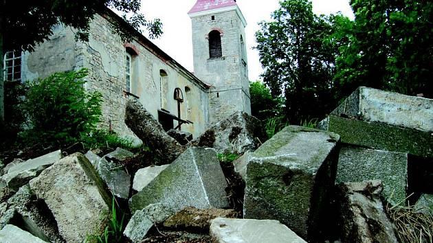 Zadní část hřbitova je plná povalených částí hrobů.