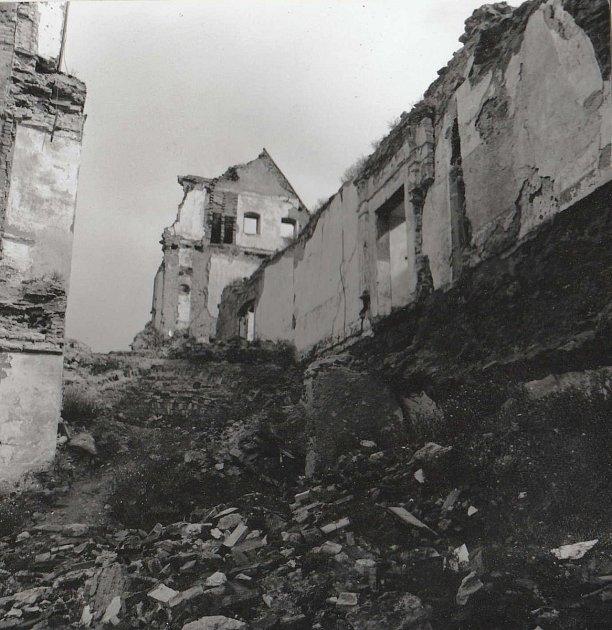 Fotografie zhradního archivu ukazují stav po ničivých úmyslných požárech ito, jak Bedřich Loos se stovkami dobrovolníků vrací hrad do života.