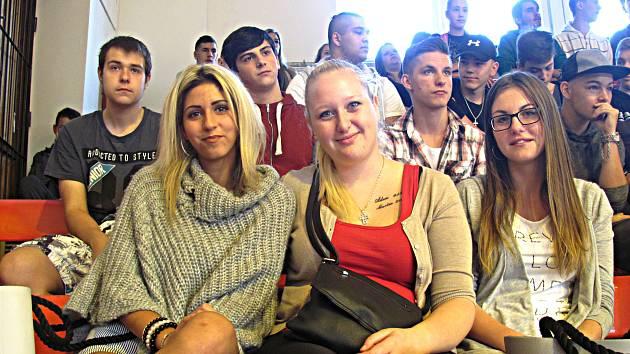 STUDENTI sokolovské ISŠTE na včerejším zahájení nového školního roku ve sportovní hale.