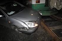 Srážka osobního auta a vlaku na železničním přejezdu mezi Kraslicemi a Olovím.