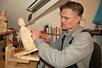 ŘEZBÁŘSTVÍ podlehl Josef Frnka už před deseti lety. Za tu doby vyrobil stovky dřevěných plastik.