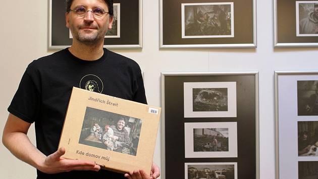 Kde domov můj Jindřicha Štreita je k vidění v loketské knihovně. Na snímku ho představuje knihovník Vladimír Kalný.