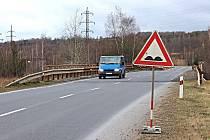 NA ŠPATNÝ stav mostu upozorňuje dopravní značka.