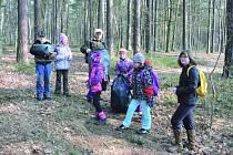 PIONÝŘI z Habartova se pustili do jarního úklidu lesa.